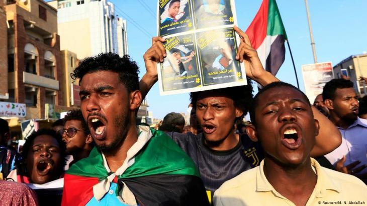 """متظاهرون مطالبون بـ """"تفكيك نظام الإنقاذ"""" وحل حزب المؤتمر الوطني الذي كان يتزعمه الرئيس السوداني السابق عمر البشير. (photo: Reuters/M. N. Abdallah)"""