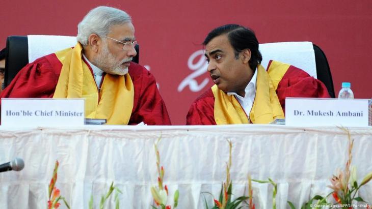 رئيس الوزراء الهندي ناريندرا مودي وقطب الإعلام الهندي موكيش أمباني. (photo: Getty Images/AFP/S. Panthaky)