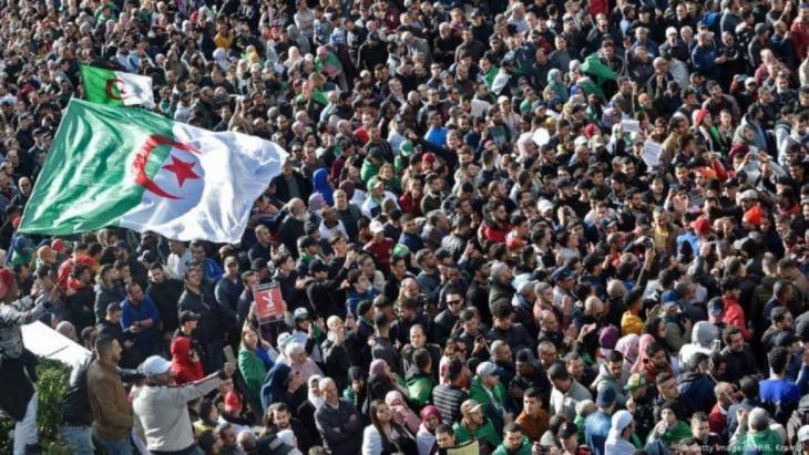 احتجاجات مناهضة للحكومة في عاصمة الجزائر - 01 / 12 / 2019. Foto: AFP/Getty Images/Ryad Kramdi