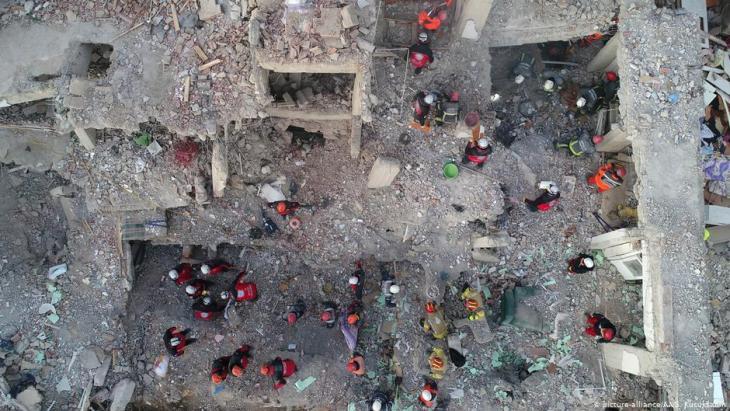 أعمال إنقاذ بعد زلزال بمنطقة إيلازيغ في تركيا - في تاريخ 24 يناير / كانون الأول 2020. Foto: picture-alliance/AA.
