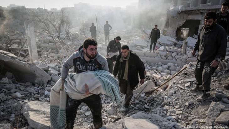 مدنيون بعد غارة جوية لنظام الأسد في محافظة إدلب السورية.