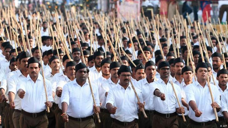 """أعضاء من """"منظمة التطوع الوطنية الهندية RSS"""" المرتبطة بحزب بهاراتيا جاناتا في مسيرة داعمة لتعديل قانون المواطنة الهندي الذي يمنح الجنسية لأفراد أقليات مضطهدة في الدول المجاورة، لكنه يستبعد المسلمين. 25 / 12 / 2019.  (photo: STR/AFP)"""