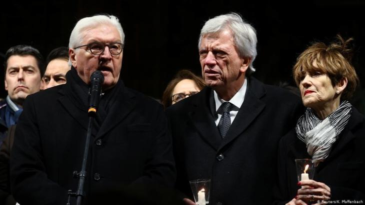 الرئيس الألماني فرانك فالتر شتاينماير (إلى اليسار)  بمدينة هاناو الألمانية في فعالية تأبين تسعة أشخاص من أصول مهاجرة قتلوا على يد ألماني عنصري. Foto: Reuters