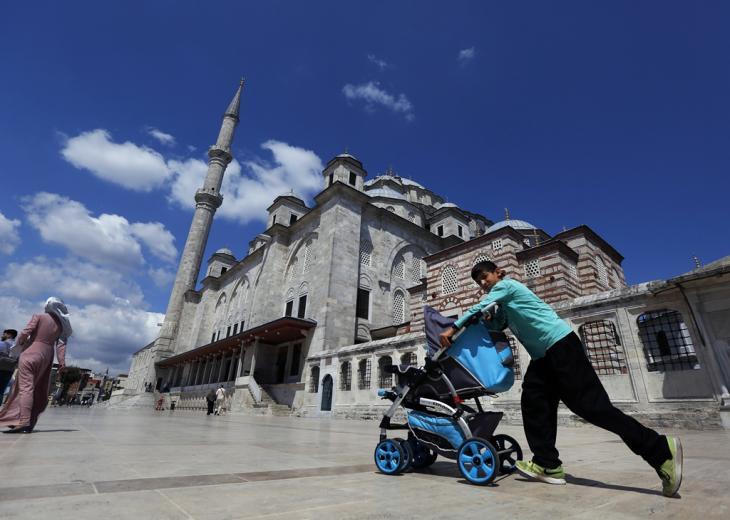 صبي سوري يجر عربة أطفال أمام مسجد الفاتح في اسطنبول، تركيا، الصورة التقطت في 20 أغسطس 2019 (AP Photo/Lefteris Pitarakis) | picture alliance/AP Photo