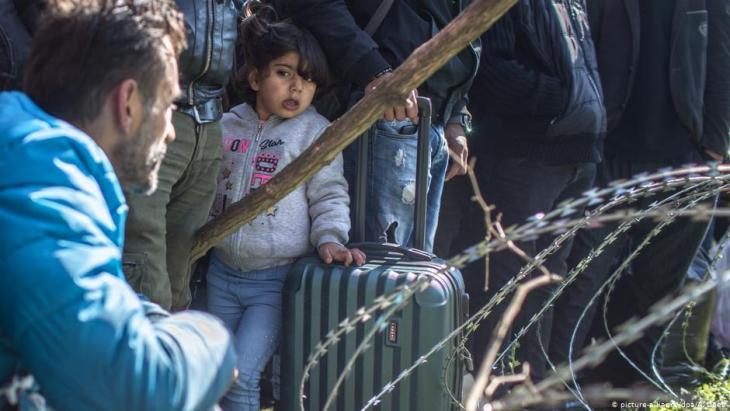 يوجد أيضا العديد من الأطفال بين اللاجئين على الحدود التركية اليونانية. Foto: dpa/picture-alliance