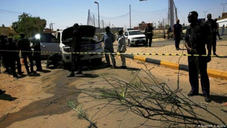 أعلنت الحكومة السودانية، أن رئيس الوزراء عبدالله حمدوك نجا من حادثة تفجير إرهابي وإطلاق رصاص استهدفت موكبه بالخرطوم، صباح الإثنين في التاسع من مارس 2020. ونشرت وكالة الأنباء السودانية (سونا)، توجه حمدوك إلى مكتبه لمزاولة عمله في مقر مجلس الوزراء بعد نجاته من محاولة الاغتيال التي تعد الأولى من نوعها بعد الإطاحة بنظام البشير.