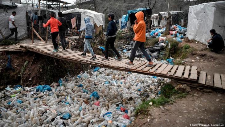 اللاجئون في مخيم موريا في اليونان يعيشون في ظروف مزرية.