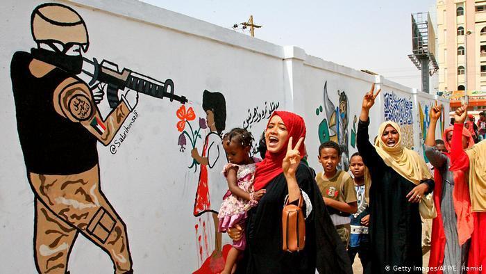 عهد جديد في السودان وآمال بمستقبل أفضل بعد اتفاق تقاسم السلطة: اتفقت القيادة العسكرية والمعارضة على التوزيع المستقبلي للسلطة في السودان. وينص الحل الوسط، الذي تفاوض عليه الاتحاد الأفريقي، على إنشاء مجلس سيادي مكون من خمسة مدنيين وخمسة عسكريين، على أن ينتخب هؤلاء العضو الحادي عشر. ومن المفترض أن تستغرق الفترة الانتقالية مدة تزيد قليلاً عن ثلاث سنوات.