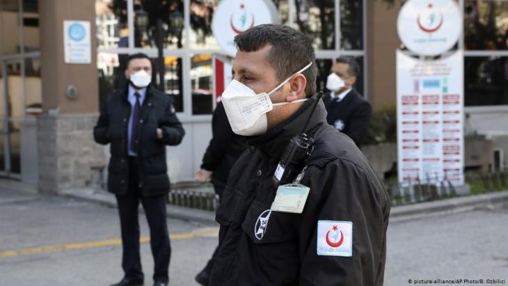 """موظف في مستشفى """"زكاي طاهر بوراك"""" في أنقرة بعد اكتشاف حالة كورونا مشتبه بها في العاصمة التركية. Foto: picture-alliance/AP"""