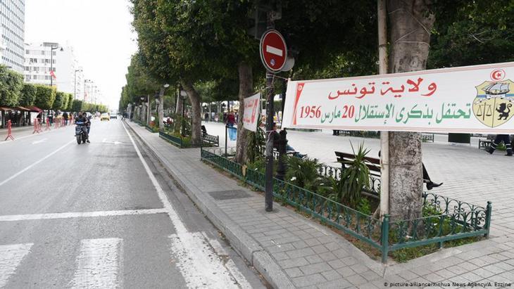 شوارع فارغة في العاصمة التونسية - تونس. Foto: picture-alliance/Xinhua News Agency