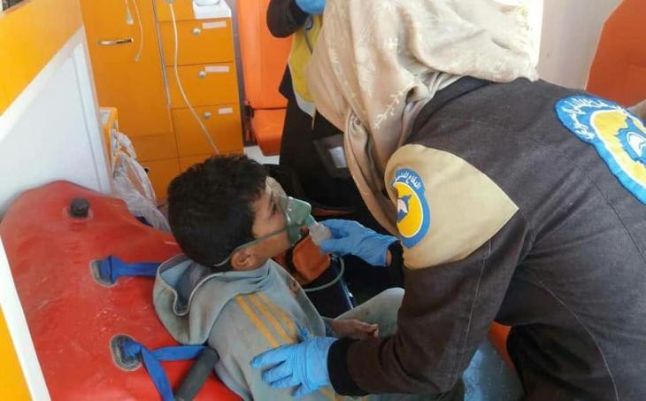 عضوة في الخوذات البيضاء تساعد طبياً أحد الأطفال - سوريا. (photo: Syria Civil Defence)