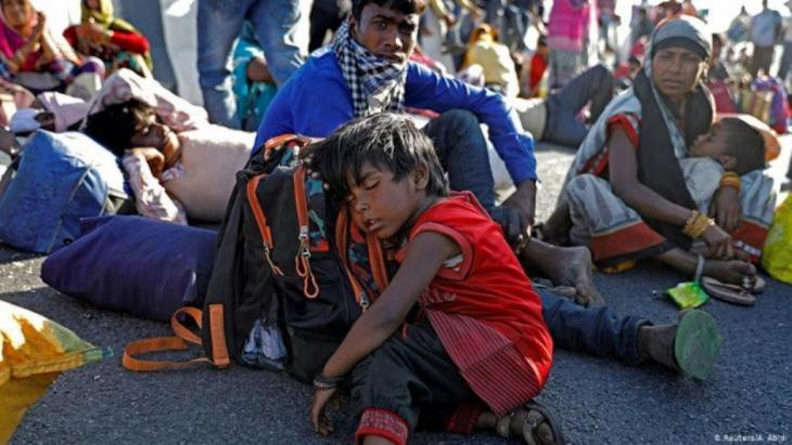 عمّال مهاجرين في الهند يسيرون نحو قراهم بعد الإغلاق التام الذي فرضته الحكومة لمواجهة فيروس كورونا المستجد