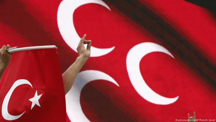 """نشطاء من حزب الحركة القومية التركي يرفعون علامة """"الذئاب الرمادية"""" - تركيا. Foto: picture-alliance/AP"""