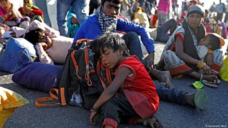 عمال هنود متنقلون في ظل أزمة وباء كورونا - الهند. Foto: Reuters
