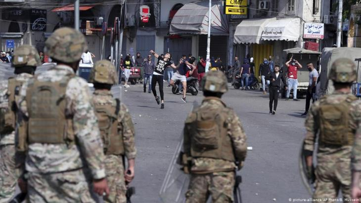 احتجاجات مناهضة للحكومة في طرابلس في 28 أبريل / نيسان 2020. Foto: AP/picture-alliance