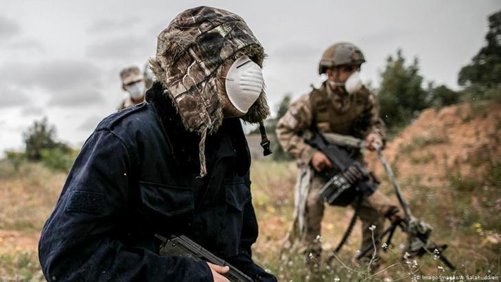"""مقاتلون تابعون لِـ """"الجيش الوطني الليبي"""" مرتدون الأقنعة - ليبيا. (photo: Imago-Images/A. Salahuddien)"""