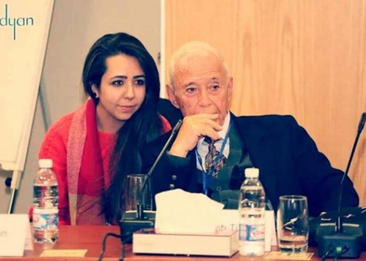 المفكر الراحل طيب تزيني أحد أشهر المفكرين السوريين والعرب المعاصرين مع كاتبة المقال ابنته منار.