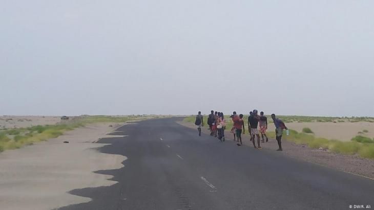 السير نحو المجهول: يقطعون آلاف الكيلومترات بحث عن حياة أفضل، ولا يعرفون المصير الذي ينتظرهم - عدد المهاجرين من أفريقيا بحراً إلى اليمن أكبر من عددهم إلى أوروبا عبر البحر المتوسط عام 2019.