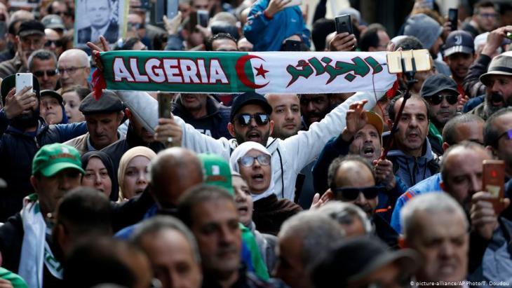 الانتخابات الرئاسية التي فاز فيها عبد المجيد تبّون أجريَت في سياق يرفضه غالبية الجزائريين، وعبروا عن ذلك في مسيرات حاشدة.