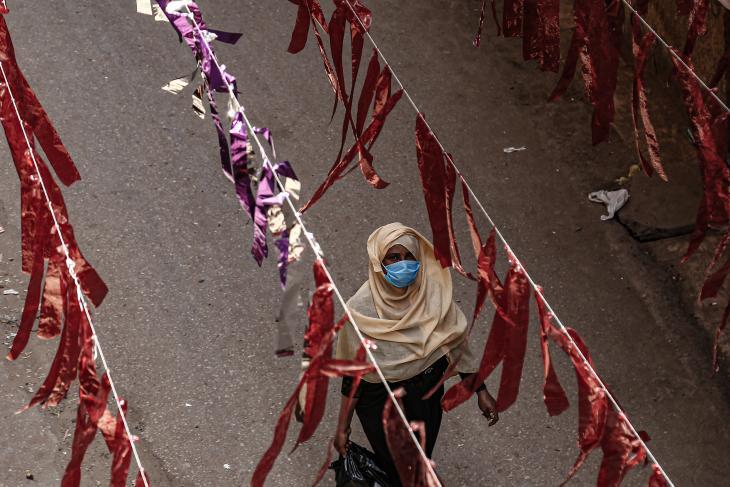 سيدة مصرية تمشي في حي المالك في القاهرة ، الصورة لبنة طارق DPA