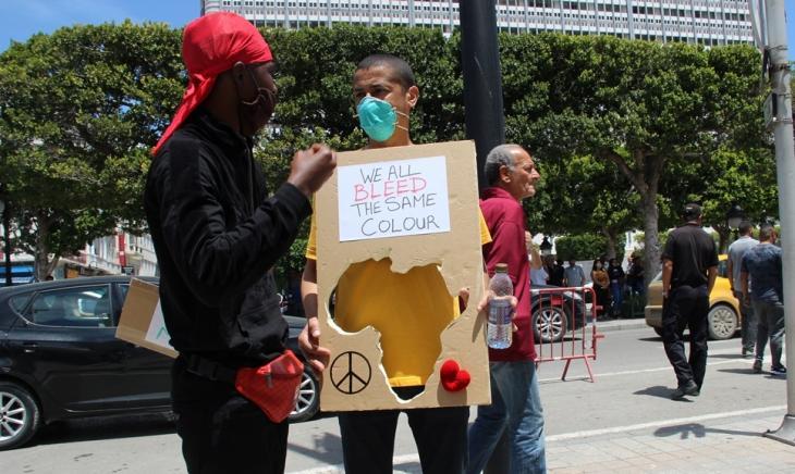 متظاهرون مشاركون في مظاهرة مناهضة للعنصرية في تونس في تاريخ 06 / 06 / 2020. (photo: Alessandra Bajec)