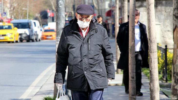 رجُل -على وجهه قناع واقٍ من كورونا- يمشي في أحد شوارع اسطنبول - تركيا.