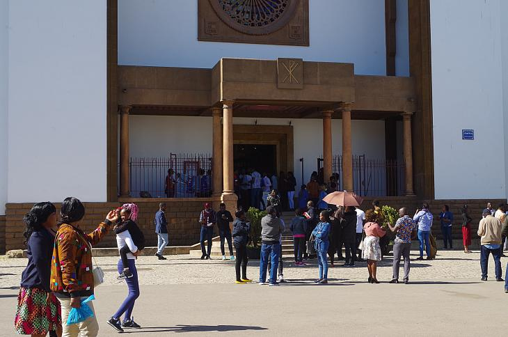 مهاجرون أمام كاتدرائية القدِّيس بطرس الكاثوليكية في الحيّ المصرفي والتجاري بالرباط على أمل حصولهم على الدعم هناك. (photo: Claudia Mende)