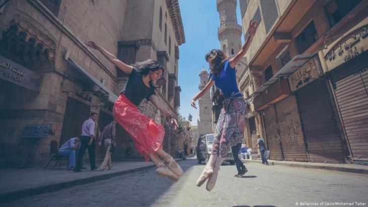 فن الباليه من الأوبرا إلى الشوارع المصرية. تجربة جريئة قام بها مصوران مصريان بالاستعانة براقصات باليه لنقل فن الباليه من الأوبرا إلى الشوارع المصرية. تجربة مزجت بين الفن وثقافة الشارع المصري، على أمل أن تصبح فنون الشارع جزء من الثقافة المصرية.