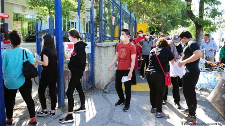 تلاميذ المرحلة المدرسية الأخيرة -بانتظار المرحلة الجامعية- في طريقهم إلى الامتحان في 27 يونيو / حزيران في أنقرة - تركيا. Foto: picture-alliance