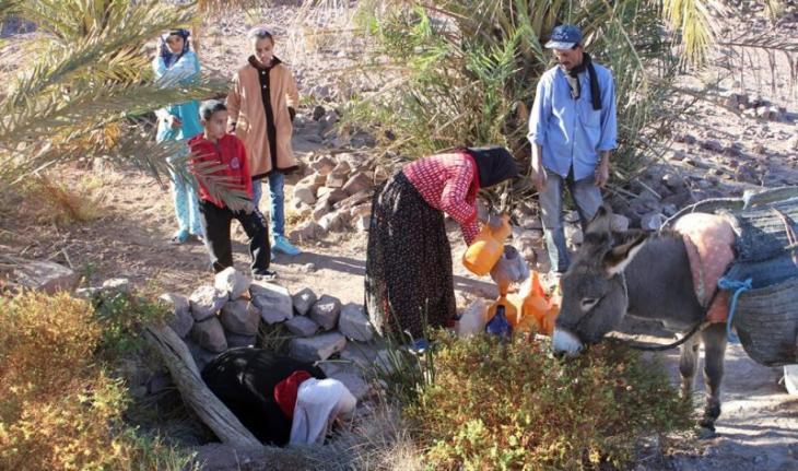 بعض سكان منطقة زاكورة المغربية متجمعون حول بئر ماء. (photo: Ilham Al-Talbi)
