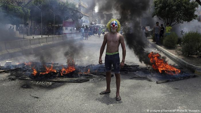 مهرج في بيروت - كوميديا ومساعدة في مواجهة الأزمة – لبنان. (photo: picture-alliance/AP Photo/B. Hussein)