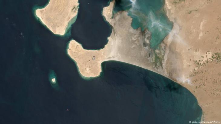 """صورة بالقمر الصناعي لميناء رأس عيسى بالحديدة اليمنية حيث ترسو ناقلة النفط """"خزان صافر""""، التي تحتاج إلى صيانة ويتبادل الحوثيون والحكومة اليمنية المعترف دوليا الاتهامات بشأنها."""