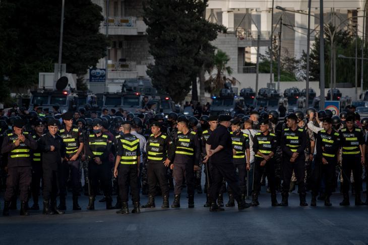قوات الأمن تمنع المتظاهرين من الوصول إلى المباني الحكومية 29 / 07 / 2020 احتجاجا على قرار حل نقابة المعلمين واعتقال قادتها. (photo: Sherbel Dissi)