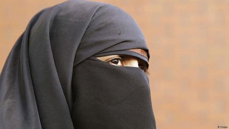 """فرنسا كانت أول دولة أوروبية تحظر ارتداء البرقع والنقاب. وقد بدأ العمل بقانون منذ شهر نيسان عام 2011. وتفادياً للاتهامات بالتمييز، لا يشير النص القانوني بشكل صريح إلى الحجاب الديني، وإنما جاء في صياغة مفتوحة : """"لا يُسمح لأحد بارتداء قطعة ملابس في الأماكن العامة والتي تعمل على تغطية الوجه """""""