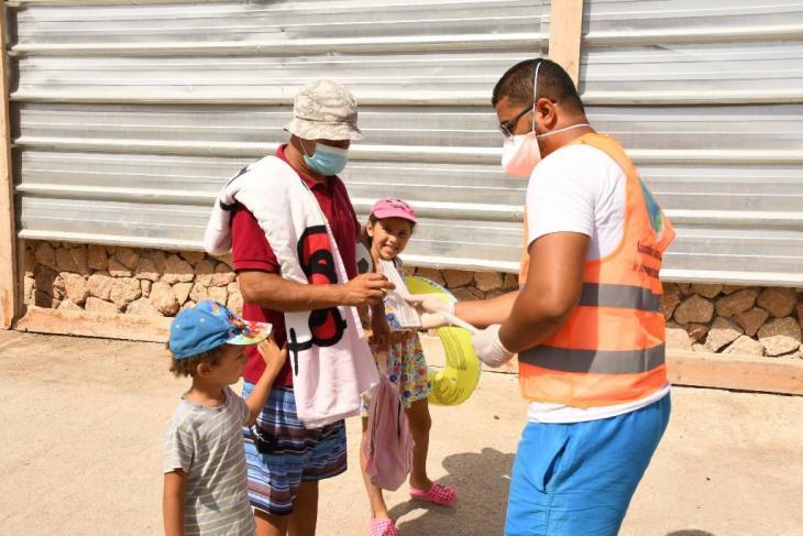 موظف في وزارة الصحة المغربية يوزع الماسك في العاصمة الرباط، المغرب في 27 أغسطس 2020. (Photo: imago images/Xinhua | Chadi via www.imago-images.de)