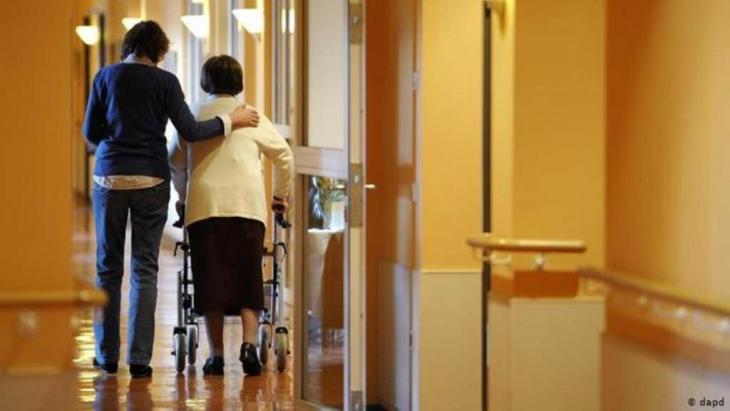 فئة كبار السن يحتاجون للمساعدة أكثر من أي فئة أخرى. صورة لبيت رعاية الكبار في السن في برلين. الصورة د.ا.ب د