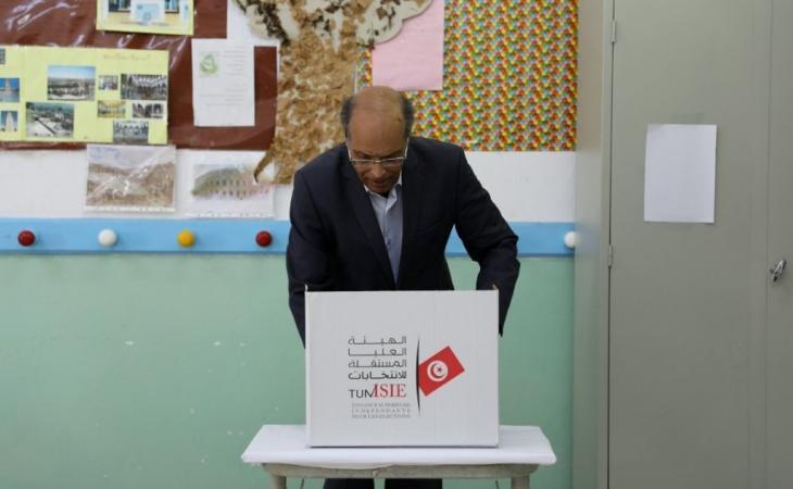 الرئيس التونسي السابق منصف المرزوقي مدليا بصوته. الصورة خاص