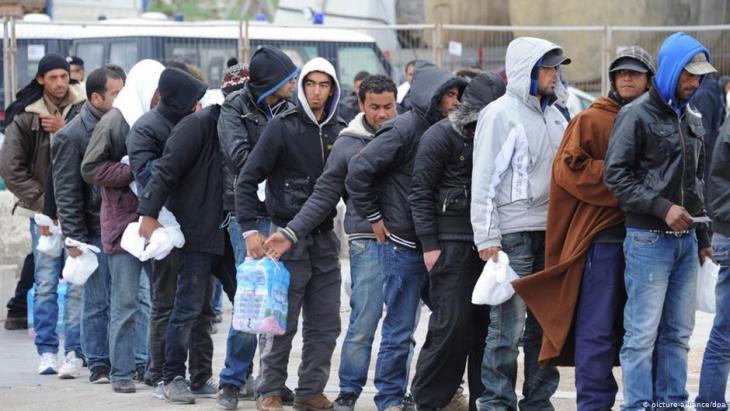 لاجئون من شمال إفريقيا عند وصولهم إلى إيطاليا. Foto: picture-alliance/dpa