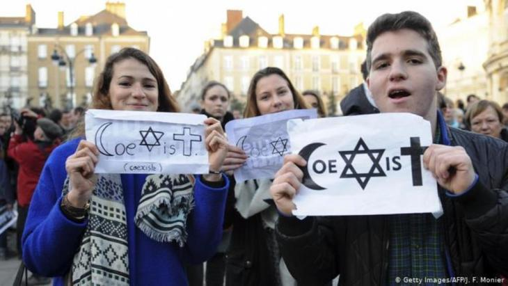 بعد الهجوم الإرهابي الدموي على مقر مجلة شارلي إيبدو عام 2015 تظاهر عشرات الآلاف للتنديد بالجريمة والتذكير بأهمية التعايش بين الأديان والمعتقداتFoto: Getty Images/ AFP/ J.Monier