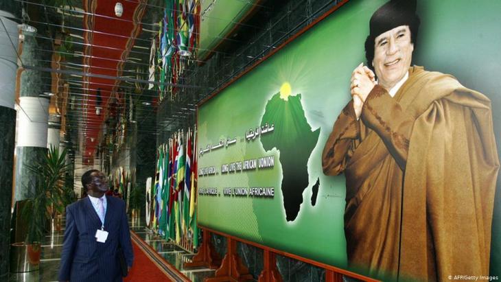 صورة حائطية للزعيم الليبي معمر القذافي - قمة الاتحاد الأفريقي 2005.