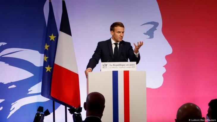 """ماكرون يستعرض استراتجيته لمواجهة ما وصفها بـ""""النزعات الانفصالية"""".(Ludovic Marin/Reuters)"""