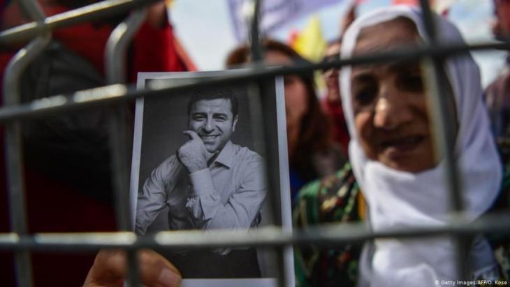 سيدة تحمل صورة صلاح الدين دمرداش، الرئيس السابق لحزب الشعوب الديمقراطي، يقبع في السجن منذ ما يقرب من أربع سنوات Photo: Getty Images/afp/O.Kose