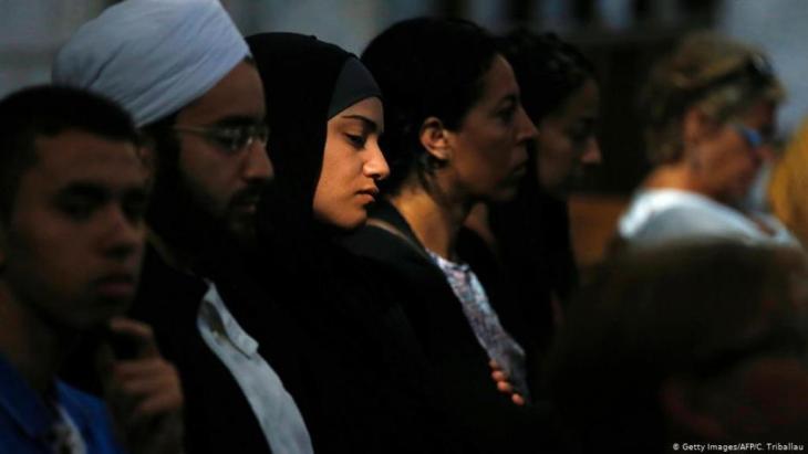 فرنسا: جنازة  بعد مقتل قس في كنيسة في منطقة نورماندي على يد متطرفين إسلامويين يبلغ كلاهما  19 عامًا من العمر، في أغسطس / آب 2016. (Foto: Getty Images/AFP/C. Triballau)