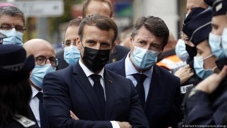الرئيس الفرنسي إيمانويل ماكرون في مدينة نيس في فرنسا بعد هجوم الطعن بالسكين. (Foto: Eric Gaillard/abaca/picture alliance)
