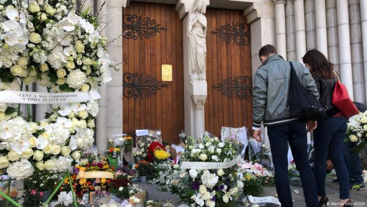 أمام كنيسة نوتردام في مدينة نيس التي شهدت الهجوم الإرهابي