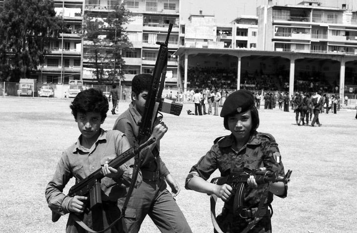 """رهينة الفوضى...""""قصة لبنان لها أكثر من رواية، والكل يرويها وفق مصالحه"""". من مشاهد الحرب الأهلية. الصورة:ON_P_Philip Rochot_Beyrouth combats rue 1975.jpg arte & WDR"""