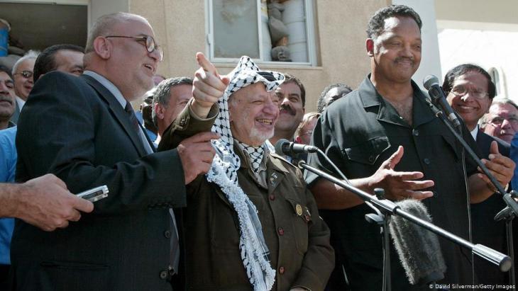 صائب عريقات وياسر عرفات - عُرف صائب عريقات الذي توفي الثلاثاء 10 / 11 / 2020 عن 65 عاما، لسنوات طويلة بأنه كبير المفاوضين الفلسطينيين.