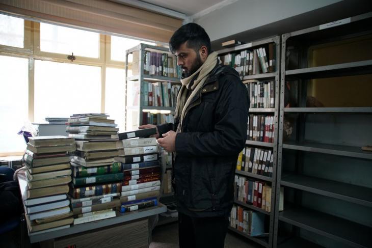 طالب جامعي في غرفة قراءة الأدب الفارسي بمكتبة مدينة كابول، إحدى المكتبات العامة القليلة في العاصمة الأفغانية. Foto: Marian Brehmer