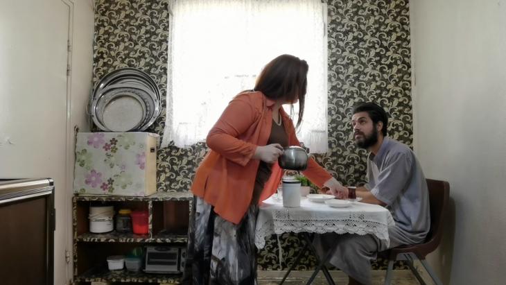 """مشهد من الفيلم العراقي """"انتظار"""" - حالة صمت كئيب داخل أسرة يعود إليها الأبُّ بعد قضائه سنوات في أَسْر الحرب.  Foto: elbarlament"""