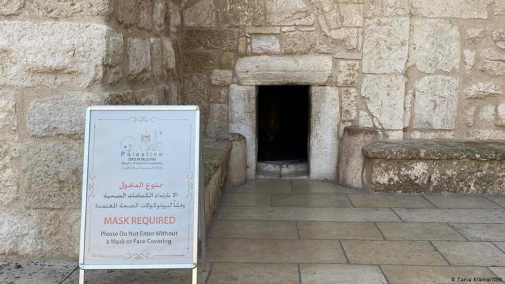 مدخل كنيسة المهد في بيت لحم ـ بسبب الجائحة تبقى الكنيسة خالية من الزوار - فلسطين - الضفة الغربية